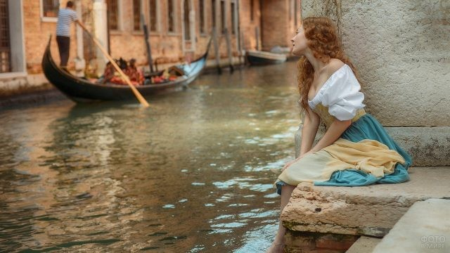 Крестьянка в Венеции смотрит на лодку
