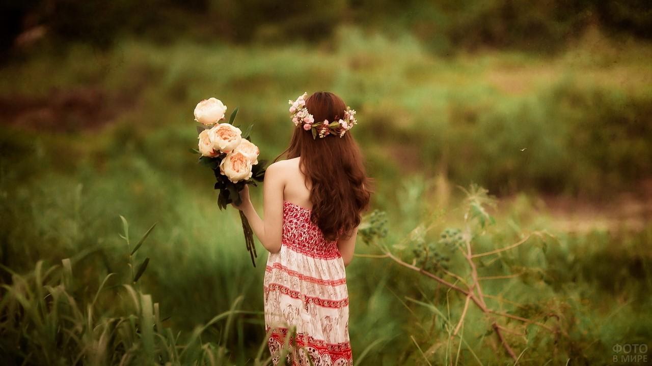 Рыжая девица с розовыми пионами