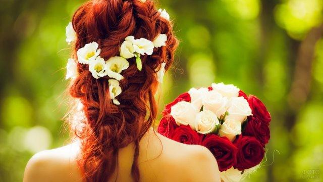 Рыжеволосая невеста с букетом