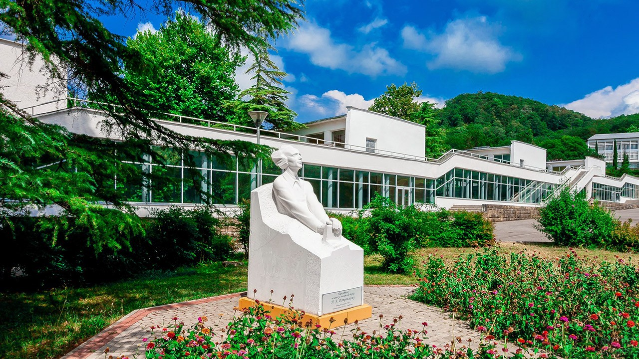 Памятник Николаю Островскому во дворе школы Орлёнка