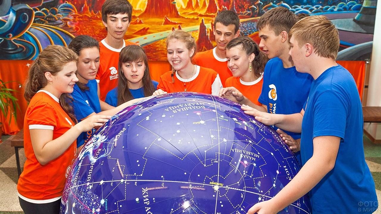 Школьники вокруг астрономического глобуса