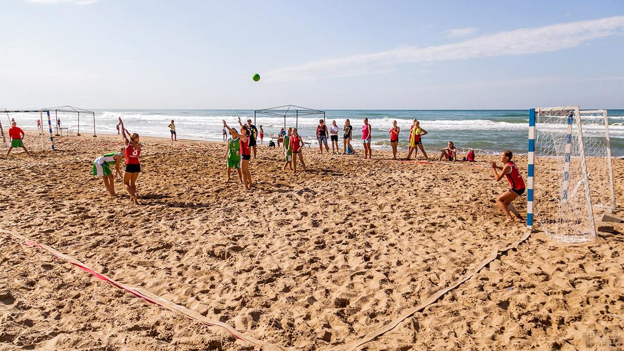 Тренировка юных спортсменок на пляже