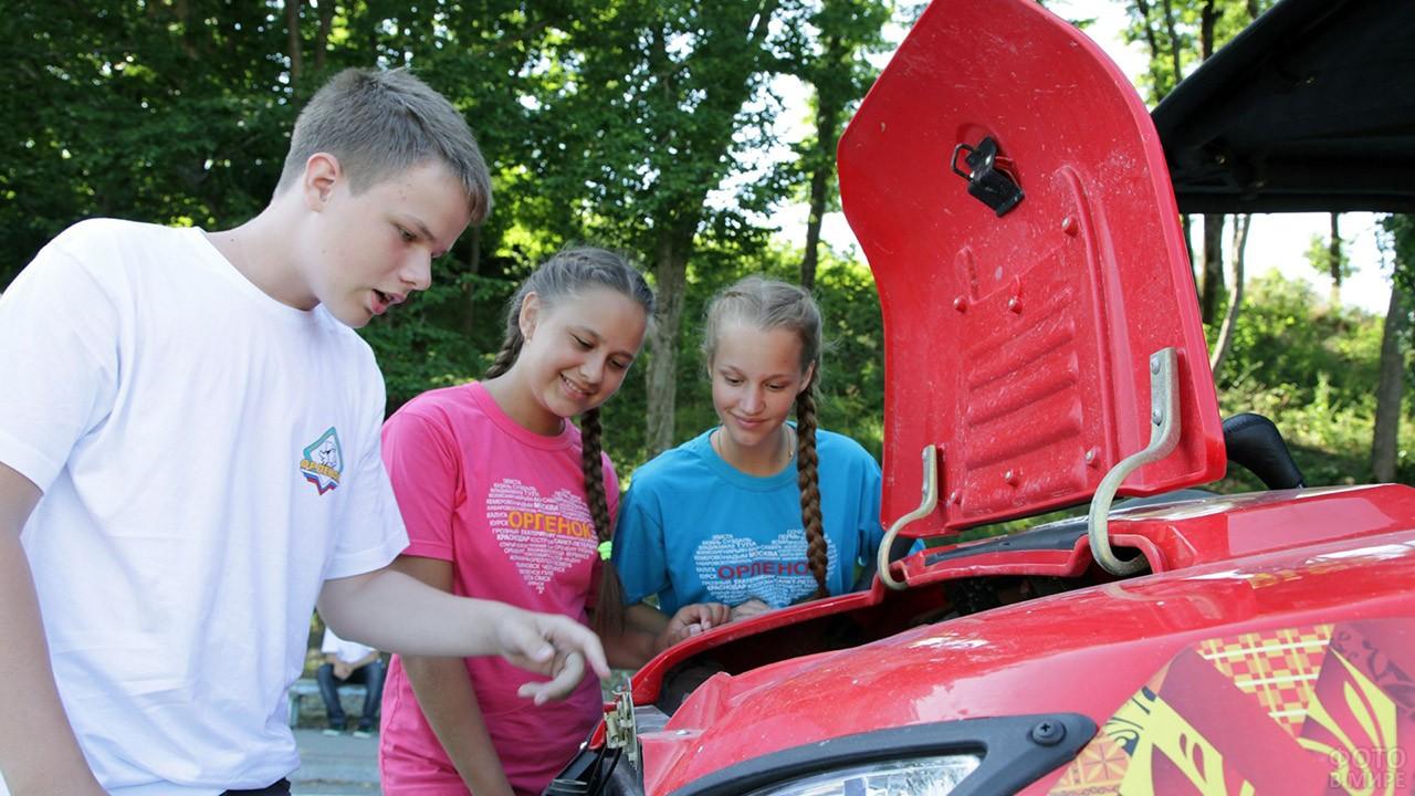 Ученики курсов изучают устройство автомобиля