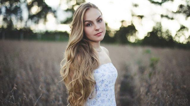 Длинноволосая девушка в поле