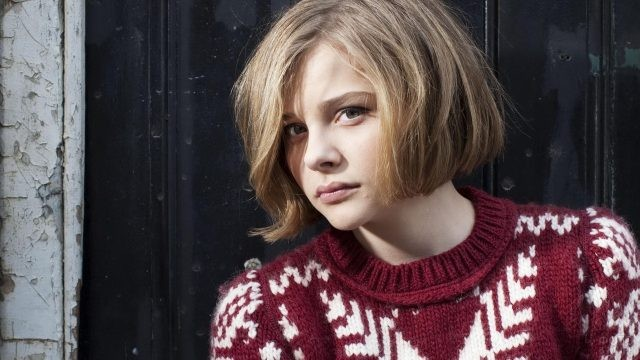 Хлоя Грейс Морец в красно-белом свитере