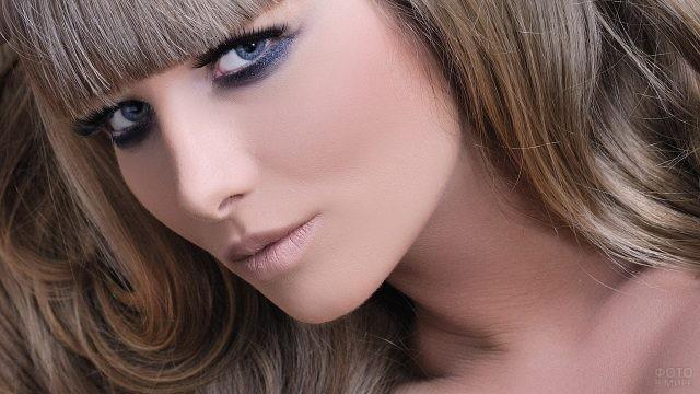 Эффектная русоволосая девушка с яркими глазами