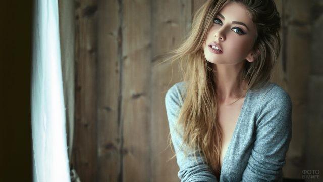 Русая девушка с ярким макияжем и нарисованными бровями