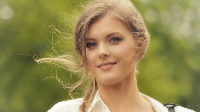 Русая девушка с косичкой на природе