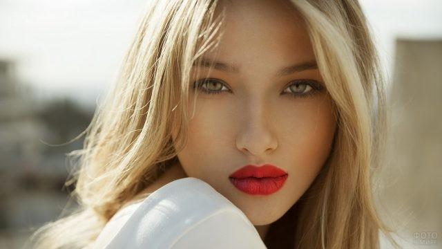 Русоволосая девушка с яркими губами