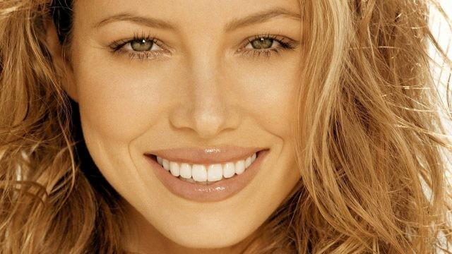 Русоволосая девушка с красивой улыбкой