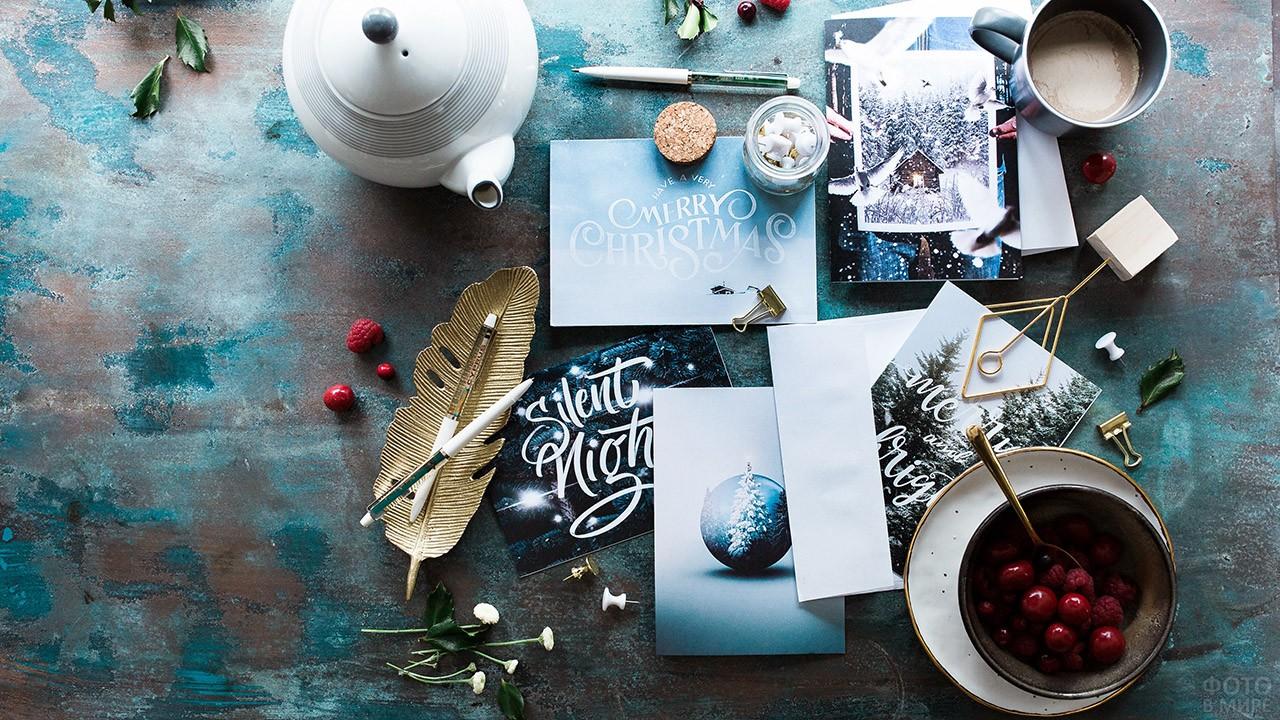 Рождественские открытки на столе с чаем и вареньем