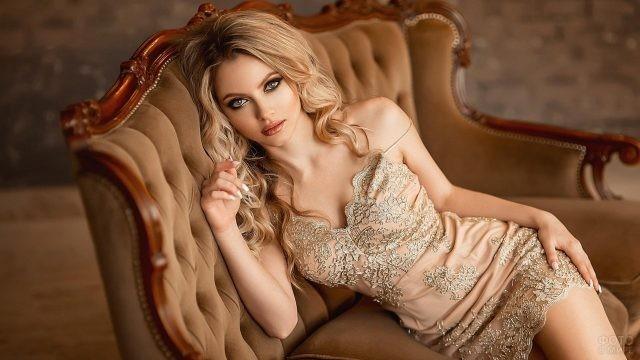 Блондинка в вечернем платье на роскошном диване