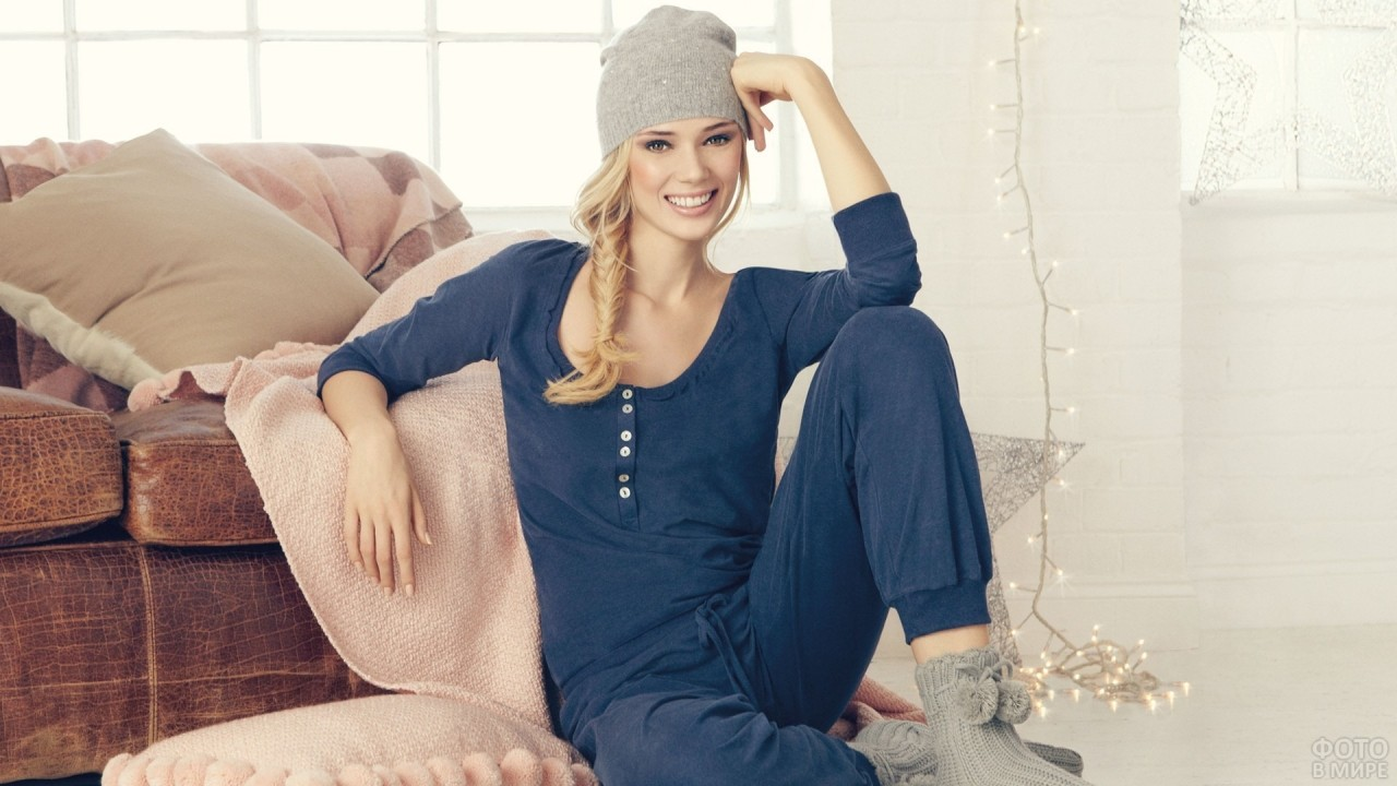 Девушка с улыбкой в шапке и пижаме