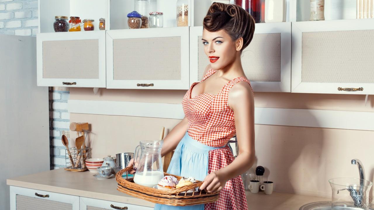 Девушка в стиле Пин-Ап держит поднос с едой