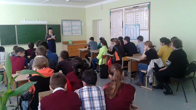 Представительница ВУЗа выступает перед школьниками