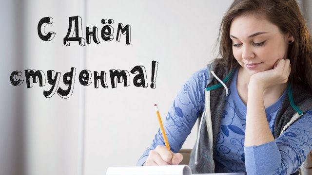 Студентка пишет в тетради