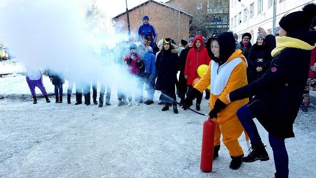 Студенты хулиганят во дворе ВУЗа в Татьянин день