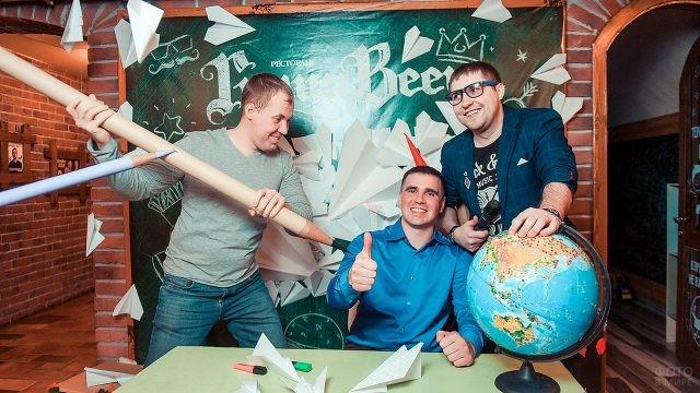 Трое мужчин в шуточной фотозоне 25 января