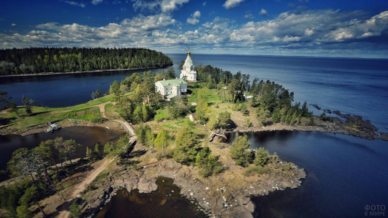 Белый храм на острове Валаам