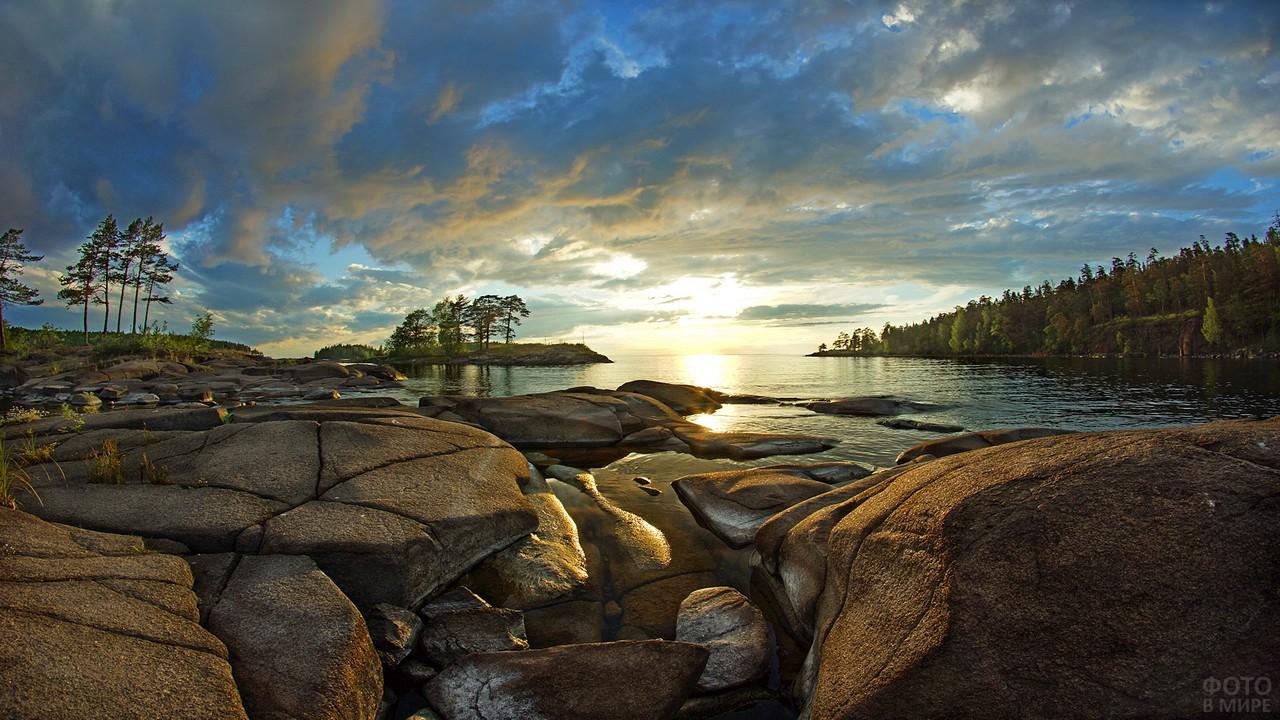 Камни на берегу озера на рассвете