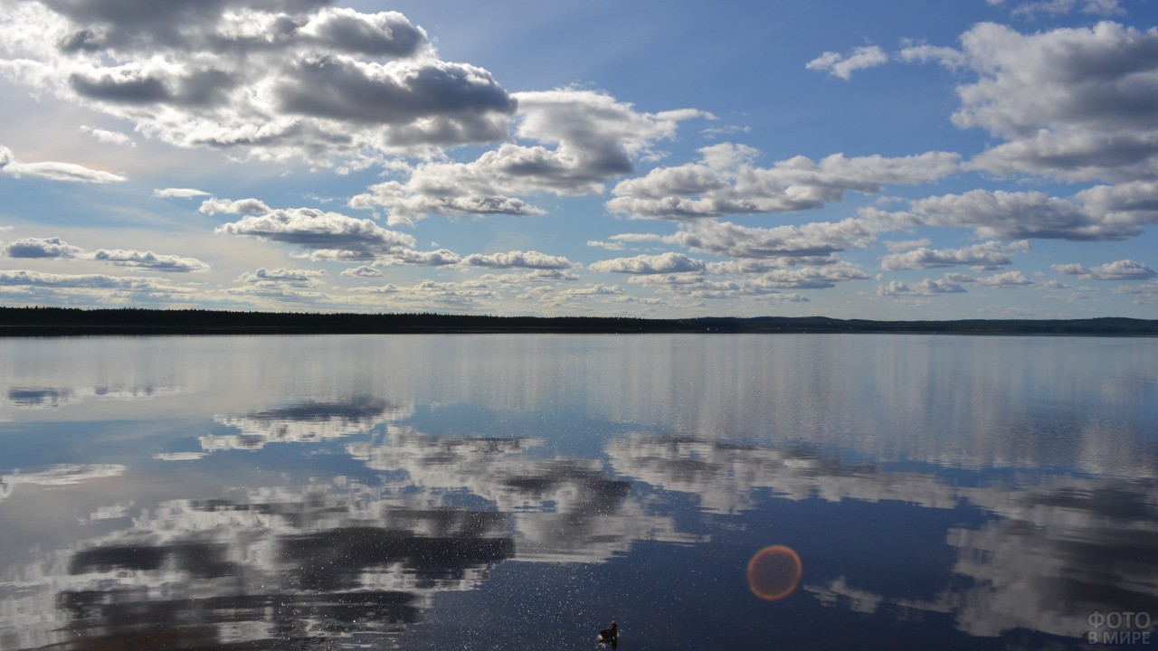 Отражение облаков в озере