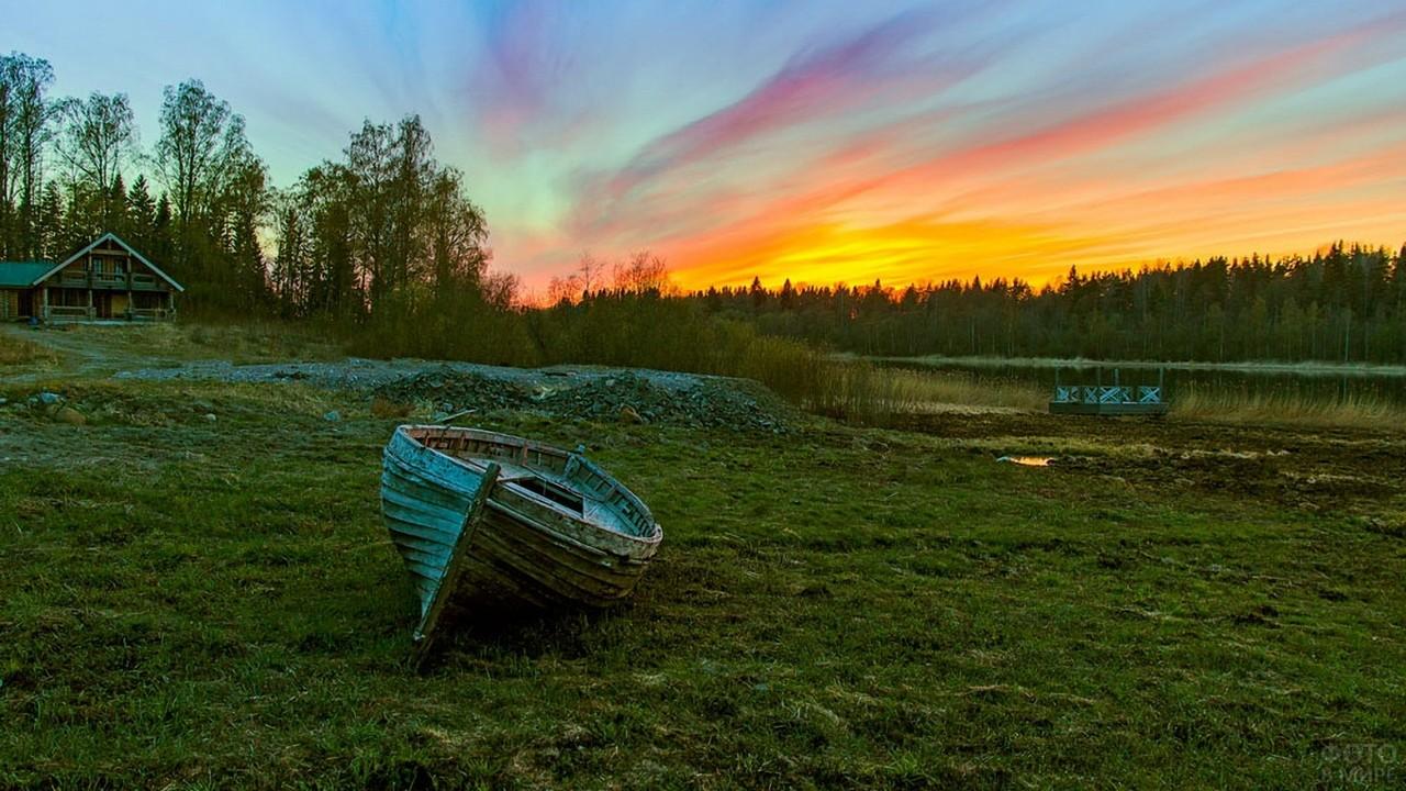 Закат и лодка на берегу на Валааме