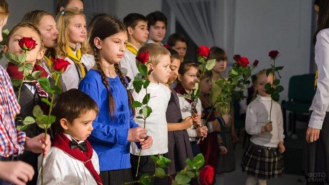 Дети с красными розами для мам