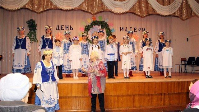 Костюмированное выступление на праздничном концерте для мам и бабушек