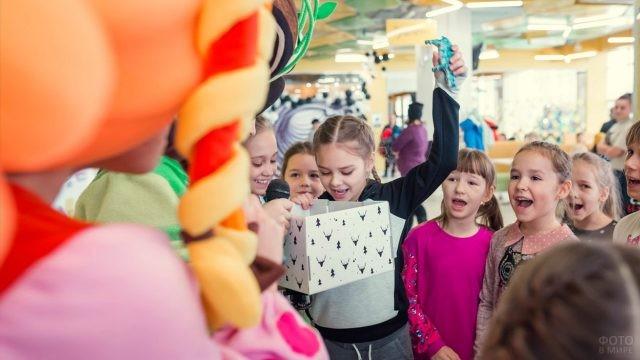 Малыши на празднике в торговом центре