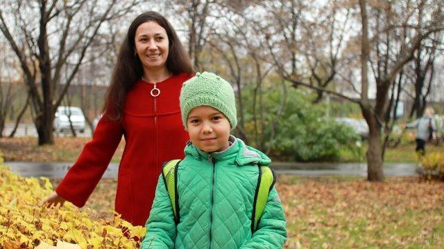 Мама с дочкой в осеннем парке