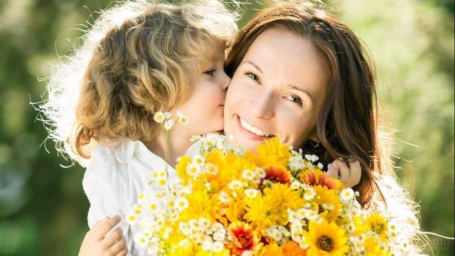 Мама с малышом и роскошным букетом
