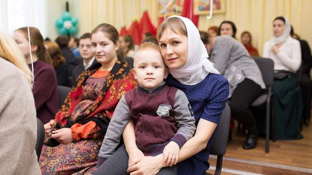 Мама с сыном на концерте в православном центре
