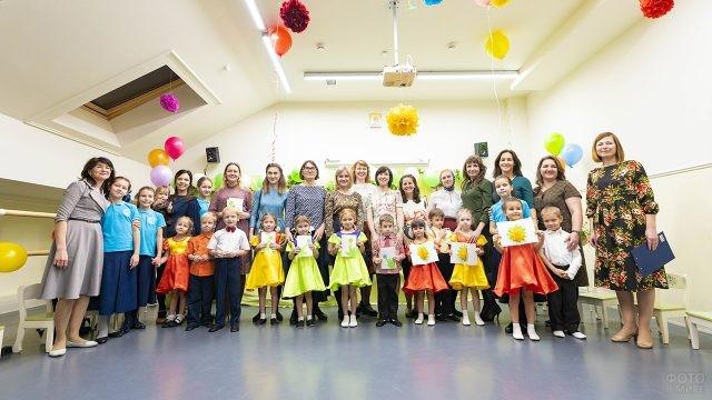 Мамы с малышами и педагоги детского центра