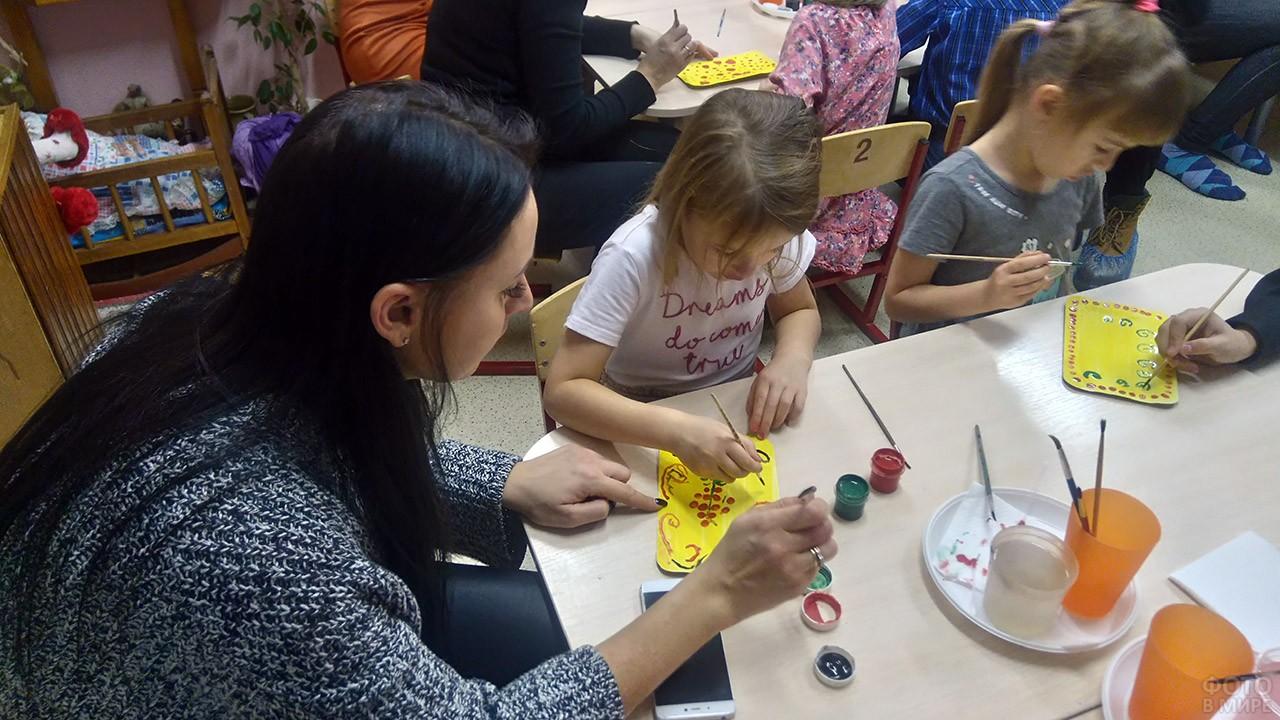 Мамы с малышами рисуют в детском саду