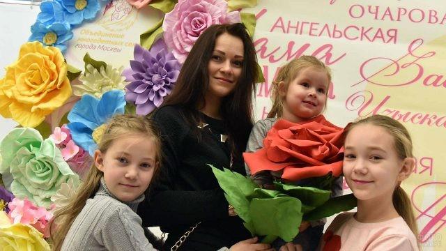 Многодетная мама с тремя дочерьми