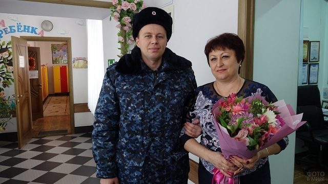 Росгвардеец и его мама с букетом цветов