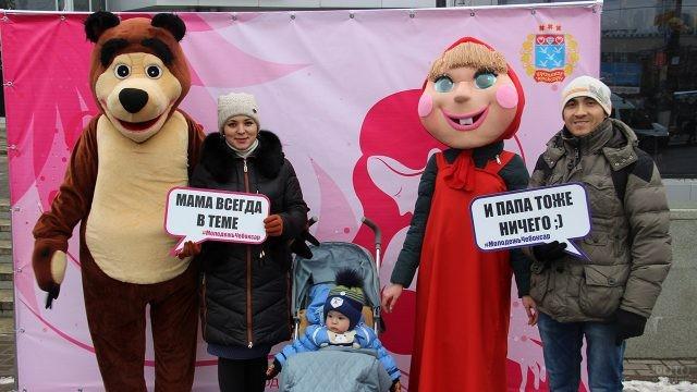 Семья с аниматорами в праздничной фотозоне