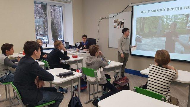 Школьник делает доклад об истории праздника День матери