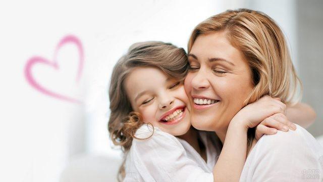Светловолосая девочка крепко обнимает маму
