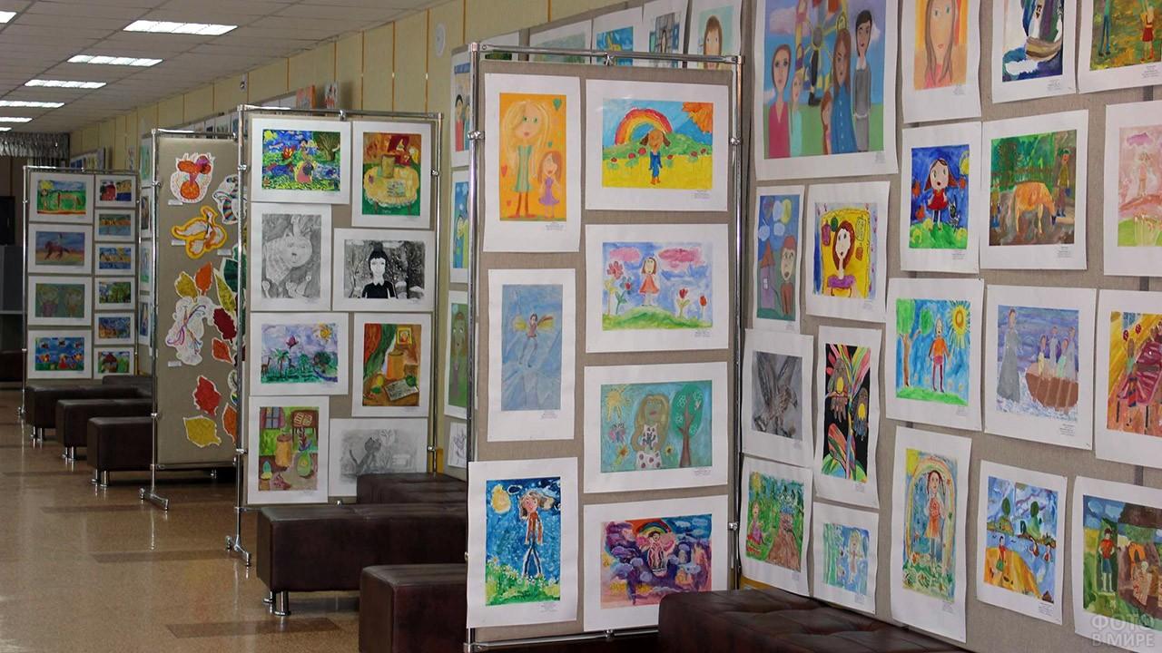 Выставка детских рисунков с портретами мам