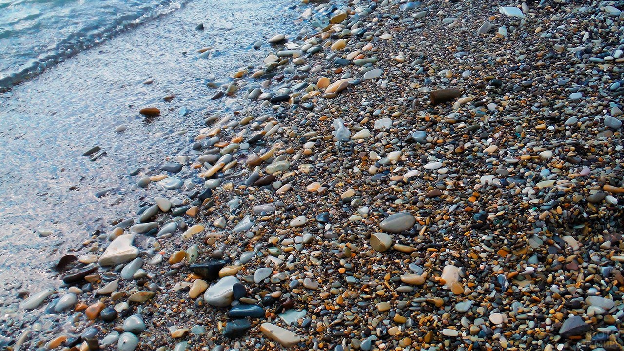 Галечный пляж в Голубой бухте