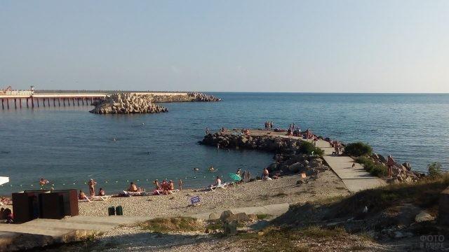 Круглый пирс на детском пляже