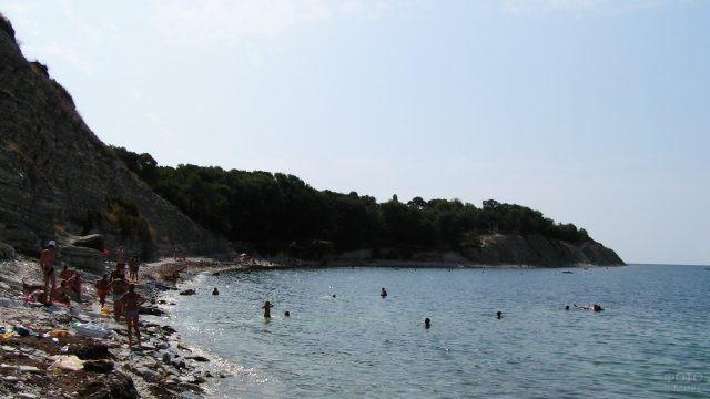 Купающиеся на диком пляже туристы