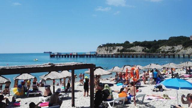 Многочисленные туристы на центральном пляже