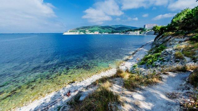 Панорама дикого пляжа