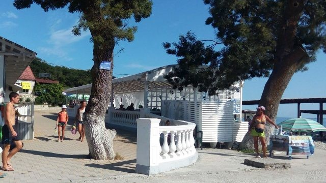 Прогуливающиеся по набережной туристы