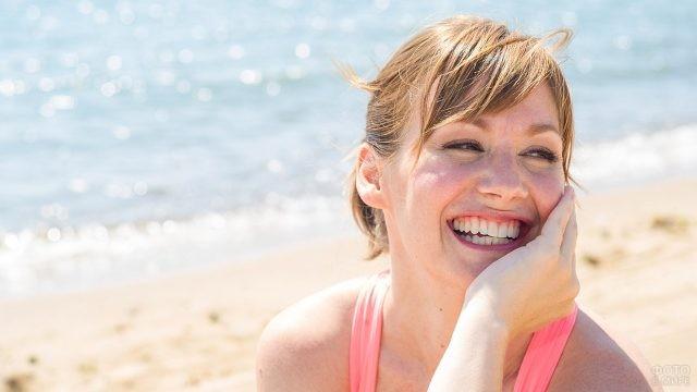 Смеющаяся девушка на берегу моря