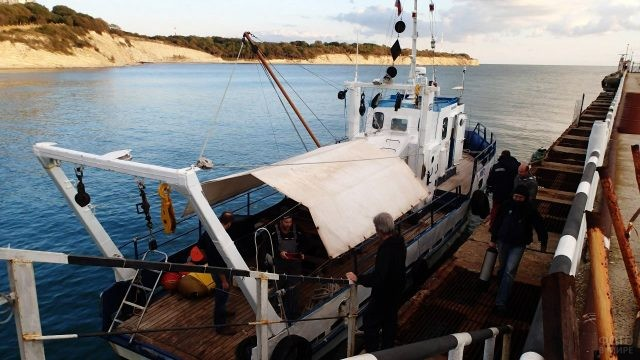 Учёные грузятся на борт научно-исследовательского судна Ашамба