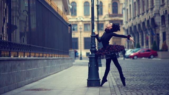 Балерина в чёрном на городской улице