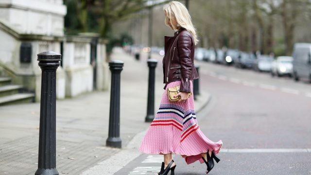 Блондинка в оригинальной юбке переходит дорогу